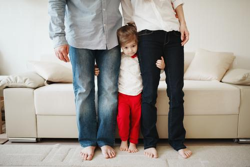 Cara Mengasuh Si Kecil Pemalu dan Temukan Bakatnya